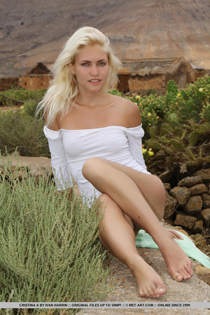 Blue eyed blondie shows that desert summ - XXX Dessert - Picture 1