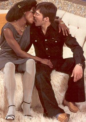 Black retro lady in stockings enjoys a b - XXX Dessert - Picture 4