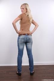 chica mona larga piernas rubias