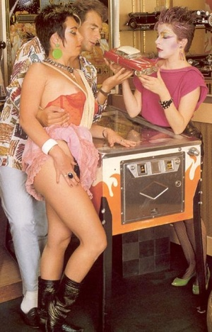 Two female seventies hippies pleasing a  - XXX Dessert - Picture 3