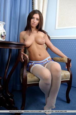 Beautiful brunette with impressive round - XXX Dessert - Picture 1