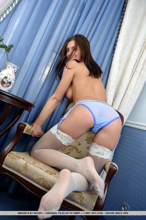 Beautiful brunette with impressive round - XXX Dessert - Picture 4
