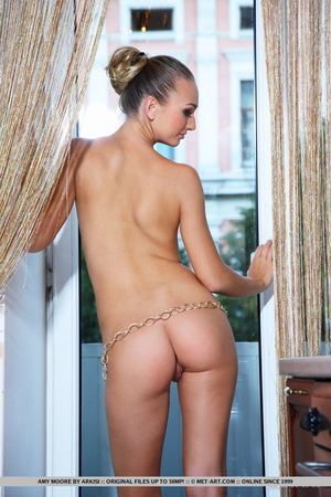 Slim curvy chick with long sexy legs sho - XXX Dessert - Picture 3