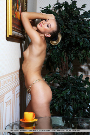 Slim curvy chick with long sexy legs sho - XXX Dessert - Picture 18