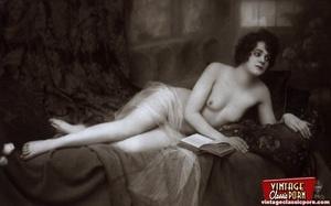 Very pretty vintage girls posing topless - XXX Dessert - Picture 7