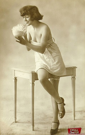 Sexy vintage hot chicks are posing on ta - XXX Dessert - Picture 3