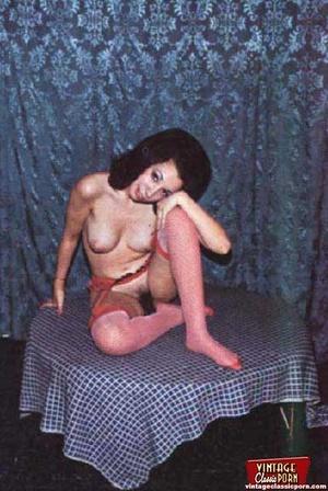 Beautiful vintage ladies are posing nake - XXX Dessert - Picture 6
