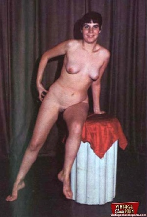 Beautiful vintage ladies are posing nake - XXX Dessert - Picture 7