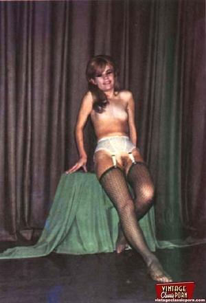 Beautiful vintage ladies are posing nake - XXX Dessert - Picture 9