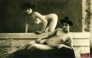 Vintage lesbian nude chicks enjoy posing - XXX Dessert - Picture 1