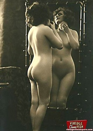 Vintage naked ladies looking in a mirror - XXX Dessert - Picture 1