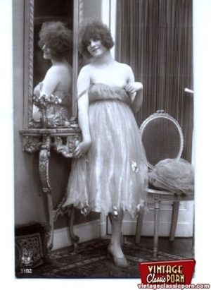 Vintage naked ladies looking in a mirror - XXX Dessert - Picture 2
