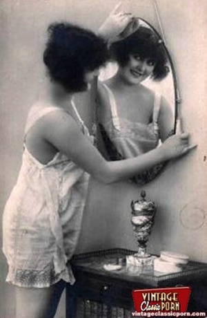Vintage naked ladies looking in a mirror - XXX Dessert - Picture 3