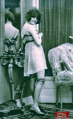 Vintage naked ladies looking in a mirror - XXX Dessert - Picture 6