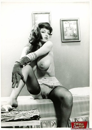 A couple beautiful vintage chicks posing - XXX Dessert - Picture 1