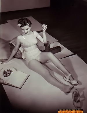 Sexy looking retro nymphs know how to te - XXX Dessert - Picture 6