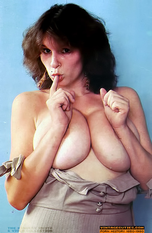 Young retro babe revealing her huge tits - XXX Dessert - Picture 5