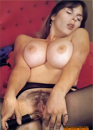 Young retro babe revealing her huge tits - XXX Dessert - Picture 8
