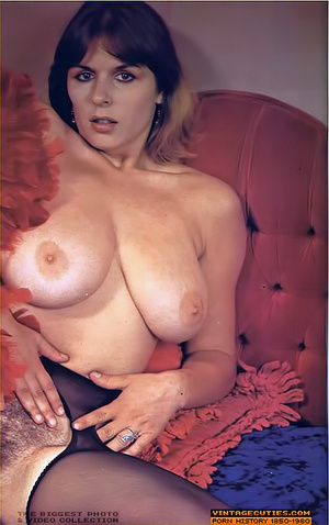 Young retro babe revealing her huge tits - XXX Dessert - Picture 9