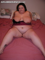 Plump horny wife with enormous boobs exposing her goods - Picture 4