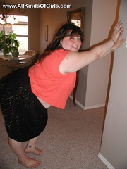 Chubby round booty housewife taking a showr before nude - Picture 2