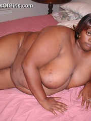 Pretty ebony BBW wife lying on the bed and exposing her - Picture 5