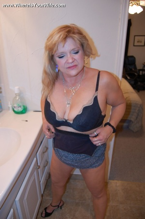 Mature chubby blonde wife spreading her  - XXX Dessert - Picture 4