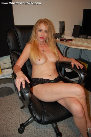 Mature blonde mama taking of her tight b - XXX Dessert - Picture 4