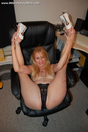 Mature blonde mama taking of her tight b - XXX Dessert - Picture 5