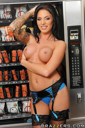 Juelz has taken a liking for the vending - XXX Dessert - Picture 3