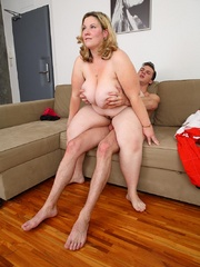 The fatty blows the mechanic and he does her from behind - Picture 13