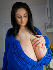 Deep d?collet? of this mature brunette can't restrain - Picture 7