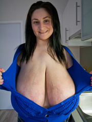 Deep d?collet? of this mature brunette can't restrain - Picture 9