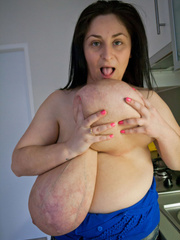 Deep d?collet? of this mature brunette can't restrain - Picture 15