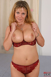 nude blonde mom showing