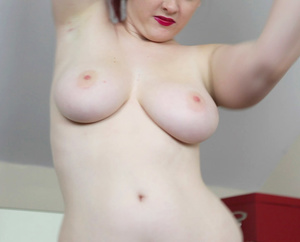 Curvy redhead with lusciously big tits a - Picture 5