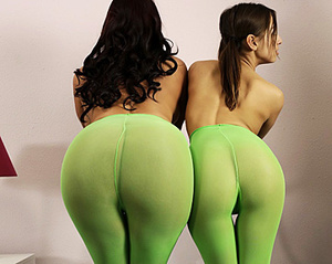 Yoga pants wearing beauties exposing the - XXX Dessert - Picture 4