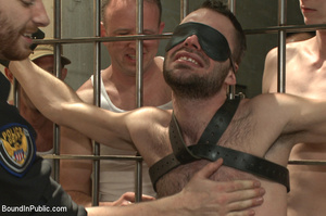 Randy officer gets in cell with horny pr - XXX Dessert - Picture 3