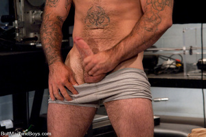 Muscled tattooed dude moans as his butth - XXX Dessert - Picture 3