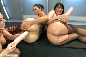 Three hot beautifies with curvy butts us - XXX Dessert - Picture 12