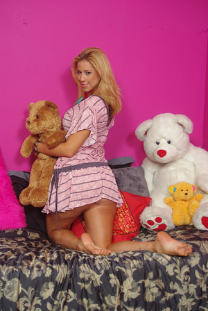Sweet chick on bed displays bouncy tits, - XXX Dessert - Picture 15