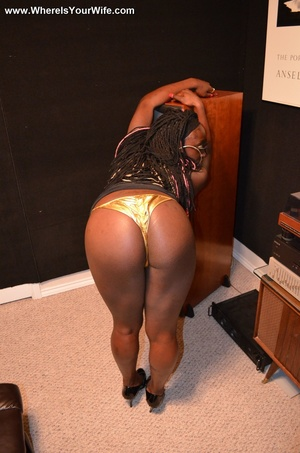 Night-black housewife demonstrating her  - XXX Dessert - Picture 5