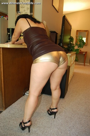 Curvy brunette mom in glasses posing in  - XXX Dessert - Picture 9