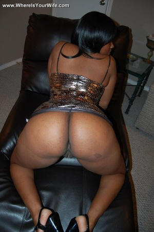 Boobilicious ebony goddess in a golden d - Picture 2