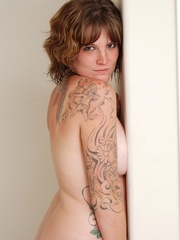 Beautiful creamy chick with pretty tattoos show off cute - Picture 1