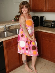 Naughty chubby tattoo chick drops towel in kitchen to - Picture 1