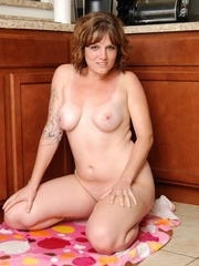 Naughty chubby tattoo chick drops towel in kitchen to - Picture 13