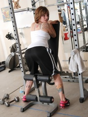 Tattooed babe in black and white gyms outfit strips to - Picture 2