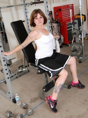 Tattooed babe in black and white gyms outfit strips to - Picture 3