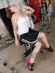 Tattooed babe in black and white gyms outfit strips to - Picture 5